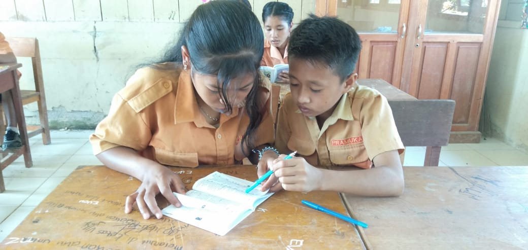 Indigenous Mentawai school students learning their ancestral language from the @sukumentawai Foundation's dictionary publication
